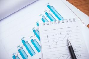 finansowego-wykresy-z-ołowkiem-na-stole_1232-3120